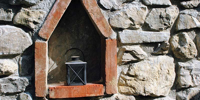Steinmauer mit Ziegel